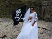 Chán đàn ông, người phụ nữ làm đám cưới với cướp biển  300 tuổi