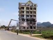 """Tài xế máy xúc suýt chết khi phá dỡ tòa nhà của Tàng """"Keangnam"""""""