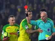 Trọng tài đạp cầu thủ, rút thẻ đỏ giúp PSG: Cúi đầu nhận lỗi, án phạt thích đáng