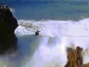 """Sóng đánh vùi dập """"kẻ liều lĩnh"""" đi trên dây giữa 2 vách đá"""