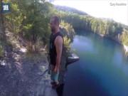 Cú nhảy lộn ngược điên rồ từ vách núi cao xuống hồ sâu