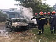 Đốt rác trên phố Sài Gòn, 2 ô tô bị thiêu rụi