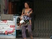 Cận cảnh mẹ ẵm con ăn xin, hít ma túy ở khu phố Tây