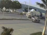 Đang an toàn, xe con bị xe cảnh sát húc văng rồi bị xe bồn đâm nát vụn