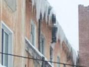 Người bị đóng băng treo lơ lửng rìa mái nhà ở nhiệt độ âm 27 độ C