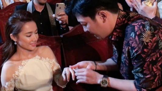 Trường Giang mang nhẫn kim cương cầu hôn Nhã Phương trên sân khấu