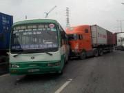 Xe container  đại náo , tông hàng loạt phương tiện trên phố SG