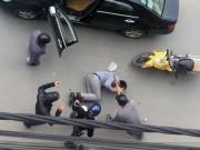 Clip: Vừa bước xuống xe, tài xế bị nhóm thanh niên đánh đập dã man
