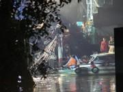 Ảnh: Cảnh sát trắng đêm phong tỏa hiện trường cầu sập, ô tô rơi xuống sông