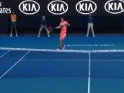 """Kiệt tác Australian Open: Xuất chiêu chém bóng quá ảo,  """" Tiểu Federer """"  sấp mặt"""
