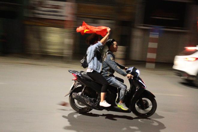 Thanh niên đầu trần phóng bạt mạng trên đường ăn mừng chiến thắng - 10
