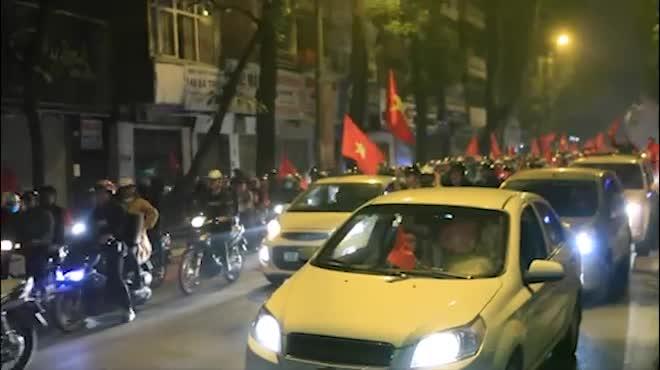 """U23 tạo """"cơn địa chấn"""", người Hà Nội diễu hành xuyên đêm"""