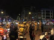 """Hàng trăm xe máy đi  """" bão """"  bị cảnh sát bắt giữ"""