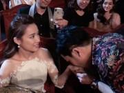 Lý do Nhã Phương ngập ngừng khi đưa tay cho Trường Giang đeo nhẫn cầu hôn