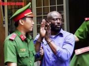 Người đàn ông ngoại quốc quỳ trước tòa, xin được xử nhẹ
