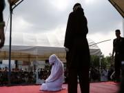 Cô gái Indonesia bị đánh đập công khai vì dám thân mật với chồng chưa cưới
