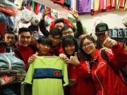 """HN: Màn hình  """" khổng lồ """"  phục vụ sinh viên xem U23 Việt Nam - Qatar"""