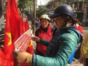 Người dân háo hức mua cờ, áo cổ vũ U23 Việt Nam trước giờ G