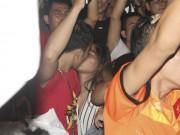 U23 Việt Nam thăng hoa, vào chung kết châu Á: Fan hôn nhau ăn mừng