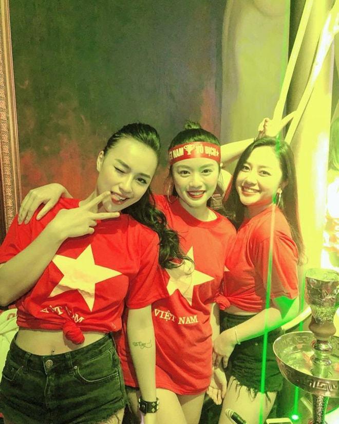 """Thời trang """"đi bão"""" của người đẹp mừng chiến thắng U23 Việt Nam - 4"""