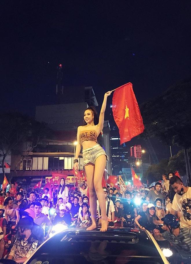 """Thời trang """"đi bão"""" của người đẹp mừng chiến thắng U23 Việt Nam - 10"""