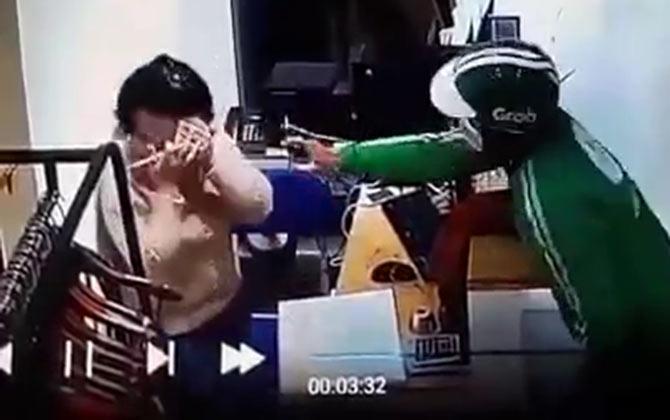 Sự thật bất ngờ về clip tài xế Grab xịt hơi cay nhân viên shop quần áo, cướp tiền - 1