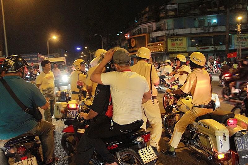 Cảnh sát TP.HCM xử lý nhiều thanh niên cổ vũ quá khích - 2