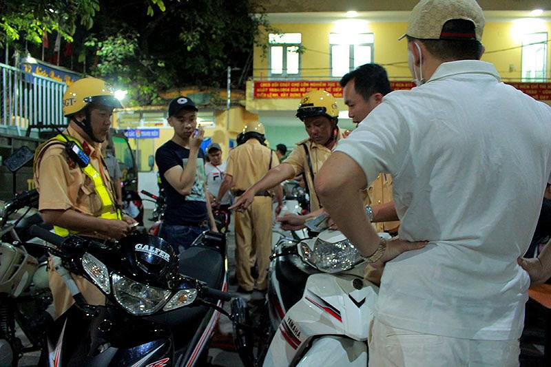 Cảnh sát TP.HCM xử lý nhiều thanh niên cổ vũ quá khích - 5