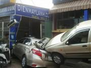 Ô tô đang chạy húc tung xe đang sửa ở Phạm Văn Đồng