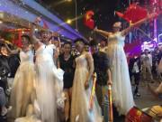 Thời trang - Con trai Hà Nội mặc váy cưới tưng bừng mừng chiến thắng U23 Việt Nam