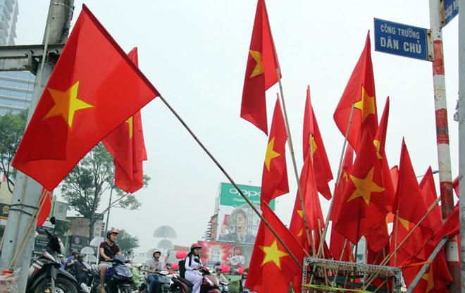 """Người Sài Gòn ùn ùn đi mua cờ, tổ rôn cổ vũ U23 Việt Nam """"lấy vàng"""" - 3"""