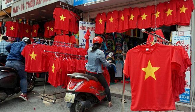 """Người Sài Gòn ùn ùn đi mua cờ, tổ rôn cổ vũ U23 Việt Nam """"lấy vàng"""" - 4"""