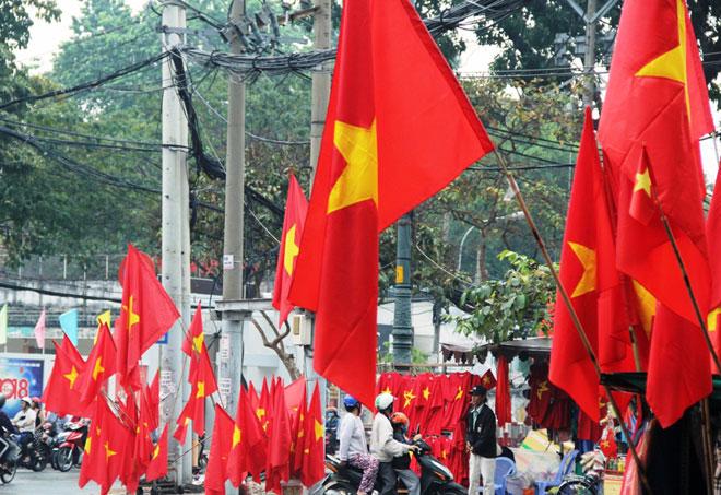 """Người Sài Gòn ùn ùn đi mua cờ, tổ rôn cổ vũ U23 Việt Nam """"lấy vàng"""" - 2"""
