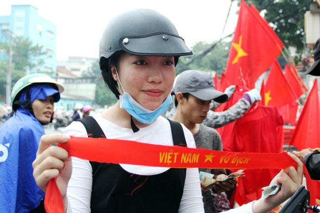 """Người Sài Gòn ùn ùn đi mua cờ, tổ rôn cổ vũ U23 Việt Nam """"lấy vàng"""" - 9"""