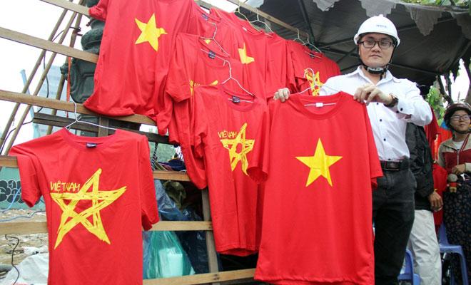 """Người Sài Gòn ùn ùn đi mua cờ, tổ rôn cổ vũ U23 Việt Nam """"lấy vàng"""" - 8"""