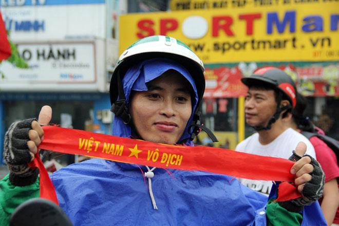 """Người Sài Gòn ùn ùn đi mua cờ, tổ rôn cổ vũ U23 Việt Nam """"lấy vàng"""" - 6"""