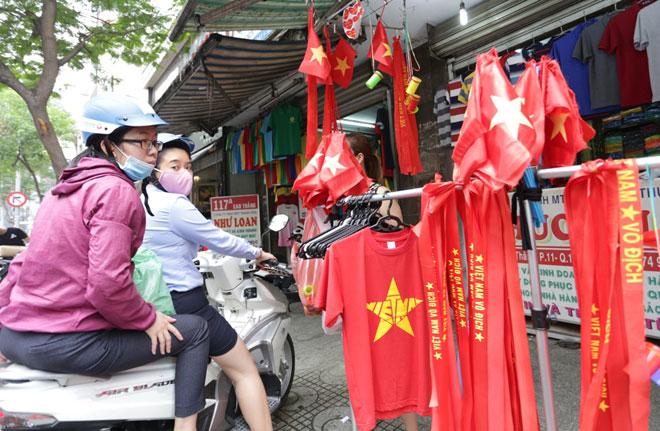 """Người Sài Gòn ùn ùn đi mua cờ, tổ rôn cổ vũ U23 Việt Nam """"lấy vàng"""" - 5"""
