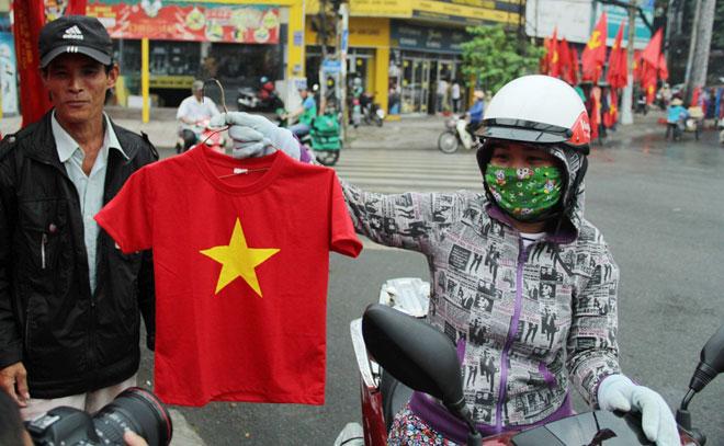 """Người Sài Gòn ùn ùn đi mua cờ, tổ rôn cổ vũ U23 Việt Nam """"lấy vàng"""" - 7"""