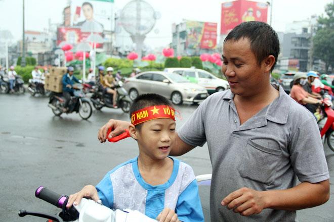 """Người Sài Gòn ùn ùn đi mua cờ, tổ rôn cổ vũ U23 Việt Nam """"lấy vàng"""" - 10"""