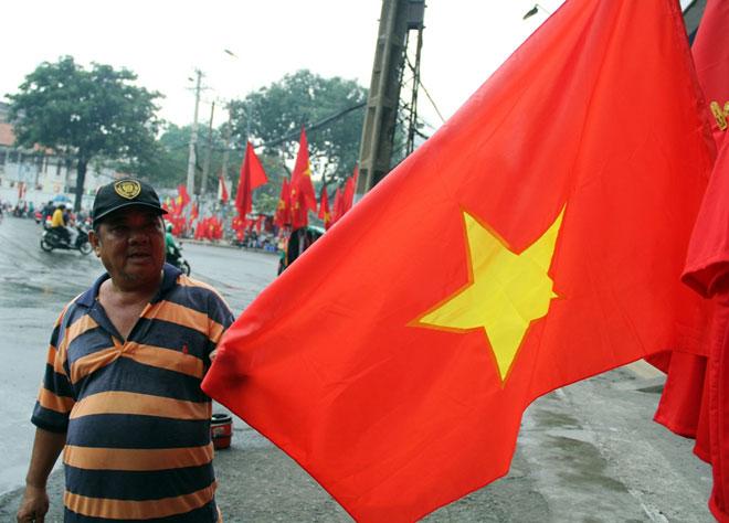 """Người Sài Gòn ùn ùn đi mua cờ, tổ rôn cổ vũ U23 Việt Nam """"lấy vàng"""" - 12"""
