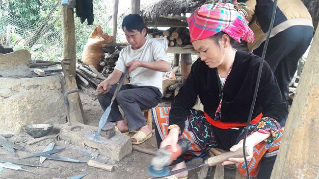 Trưởng bản người Mông có biệt tài rèn dao như xiếc, kiếm bộn tiền - 1
