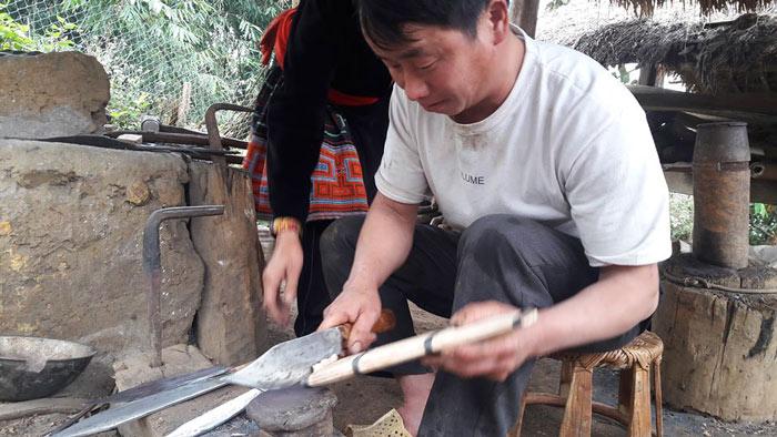 Trưởng bản người Mông có biệt tài rèn dao như xiếc, kiếm bộn tiền - 2