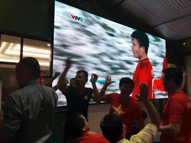 Clip: 1001 cung bậc cảm xúc của người hâm mộ Việt Nam trong trận chung kết U23 Châu Á