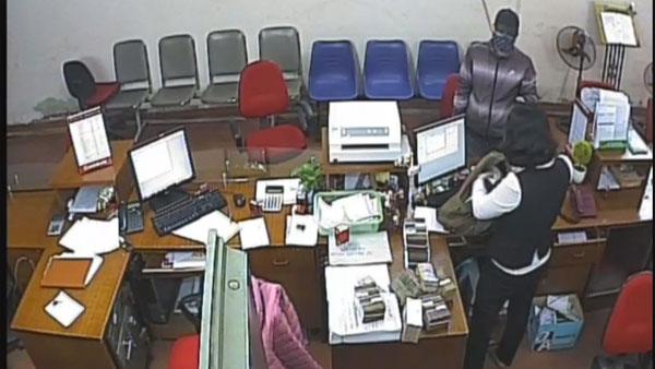 """Làm rõ """"quả bom"""" đối tượng mang vào ngân hàng cướp hơn 1 tỷ đồng - 3"""