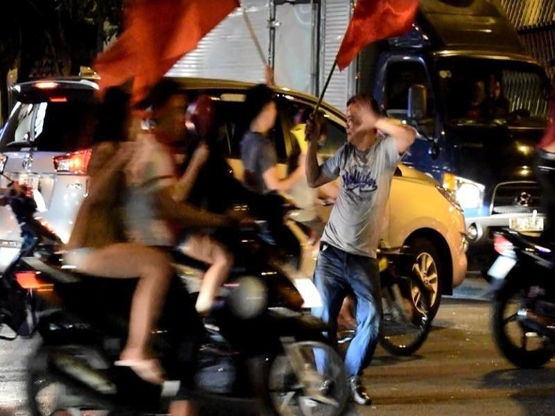 Người đàn ông chặn đầu ô tô, nhảy bất chấp giữa SG - 2