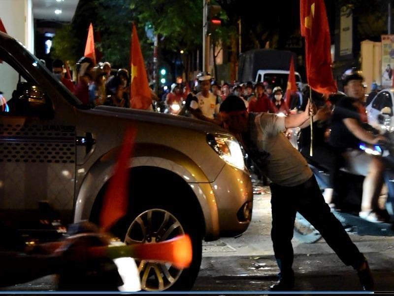 Người đàn ông chặn đầu ô tô, nhảy bất chấp giữa SG - 3