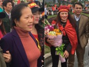 Tin tức trong ngày - Mẹ Tiến Dũng và bố Quang Hải nói gì khi ra đón con trai?