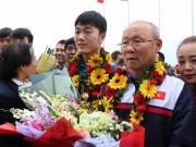 Chùm ảnh nóng: U23 Việt Nam mở hội, gây sốt ở Nội Bài