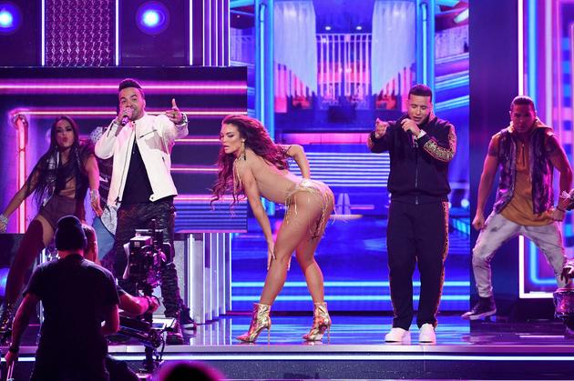 """Hoa hậu hĩ Hoàn vũ """"mặc như chơi"""" biểu diễn táo tợn ở Grammy 2018 - 1"""