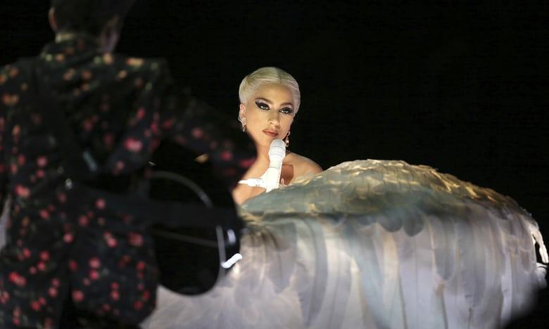 """Hoa hậu hĩ Hoàn vũ """"mặc như chơi"""" biểu diễn táo tợn ở Grammy 2018 - 3"""